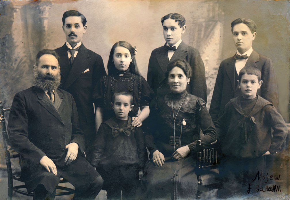 Back row from left to right: Oscar, died 1953; Lise, died 1928; Chaim (Kaj), died ( 1940s in Sweden during the war); Schloima (Shchlomo), died 1973 Bottom row from left to right: Leizer, died 1930; Peter died 1963; Scheine, died 1947, Max, died 1982